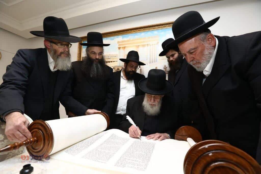 """גדולי התורה התכבדו לכתוב את האותיות בספר התורה של ארגון זק""""א צפו בגלריה:"""