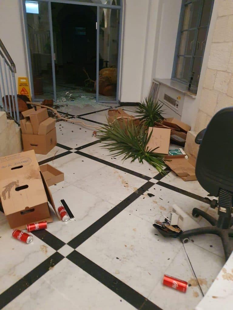 ירושלים: קיצוניים ביצעו וונדילזם בבניין העירייה ונמלטו • תיעוד