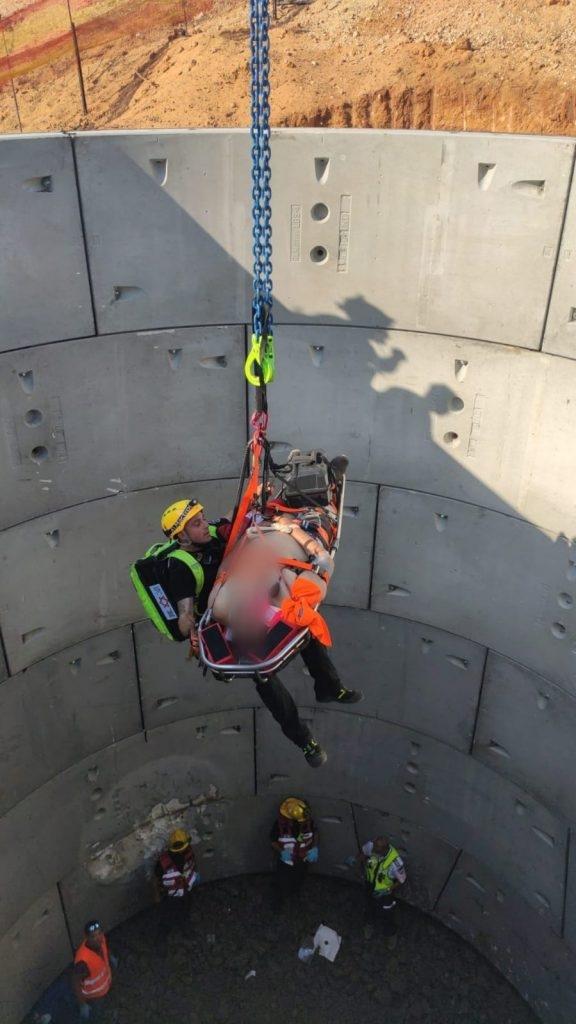 פועל נפל לבור בעומק 15 מטר וחולץ