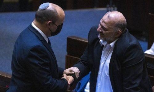 Prime Minister Naftali Bennet shakes hand to Head of the Ra'am party Mansour Abbas during a plenary session at the assembly of the Knesset, the Israeli Parliament in Jerusalem, June 28, 2021. Photo by Olivier Fitoussi/Flash90  *** Local Caption *** ëðñúãéåïîìéàäãéáåøîãáøéíðôúìé áðèøàù äîîùìä ðôúìé áðè ìåçõ éã ìøàù îôìâú øàí îðñåø òáàñ