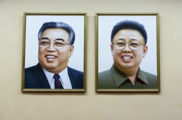 ציור של מנהיגי צפון קוריאה לשעבר קים איל-סונג וקים ג'ונג-איל /// צילום: משה שי/FLASH90