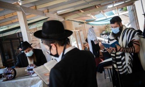 מניין באוויר הפתוח ברמת שלמה ( אילוסטרציה) /// צילום: Yonatan Sindel/Flash90