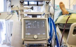 מכונת אקמו ביחידה לטיפול נמרץ בבית החולים שערי צדק /// צילום: יונתן סינדל / פלאש 90
