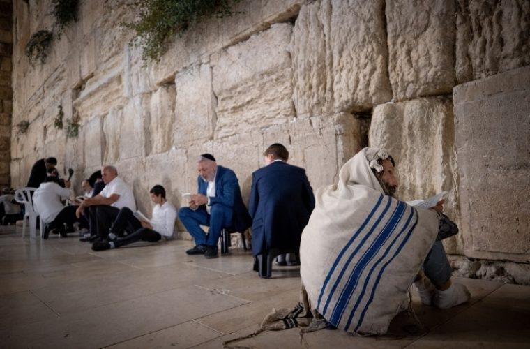 יהודים מבכים את חורבן בית המקדש /// צילום: Yonatan Sindel/Flash90