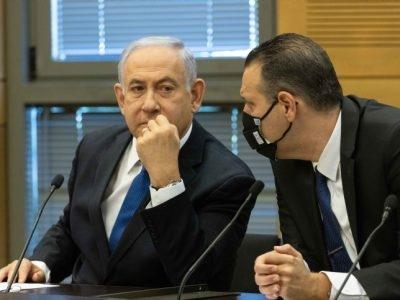מיקי זוהר ובנימין נתניהו בישיבת סיעת הליכוד /// צילום: Yonatan Sindel/Flash90