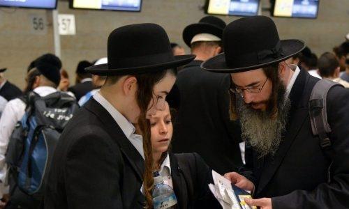 חסיד ברסלב וילדיו בשדה התעופה בדרכו לאומן (אילוסטרציה)  Yossi Zeliger/Flash90