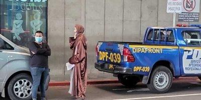 חבר בכת לב טהור מחוץ לנמל התעופה בגואטמלה(ארגון עמודים)