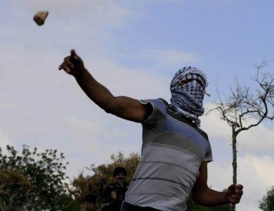 ערבי זורק אבנים. אילוסטרציה // צילום: פלאש 90