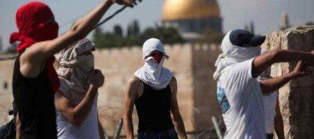 צעירים פלסטינים מיידים אבנים סמוך לכותל המערבי /// צילום: פלאש 90