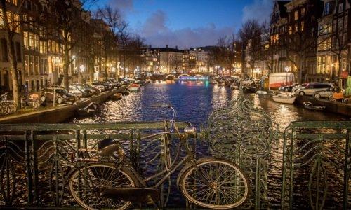 אחד הגשרים הרבים במרכז אמסטרדם, הולנד צילום: נתי שוחט/FLASH90