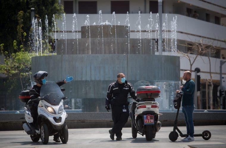 שוטר נותן דו״ח על אי חבישת מסיכה למצולם אין כל קשר לנאמר בכתבה// צילום: מרים אלסטר - Flash 90