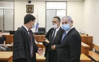 נתניהו בהתייעצות עם עורכי דינו בבית המשפט   צילום:  Amit Shabi/POOL