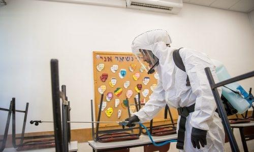 חיטוי בית ספר לאחר שהתגלה בו חולה קורונה / צילום: Yonatan Sindel/Flash90