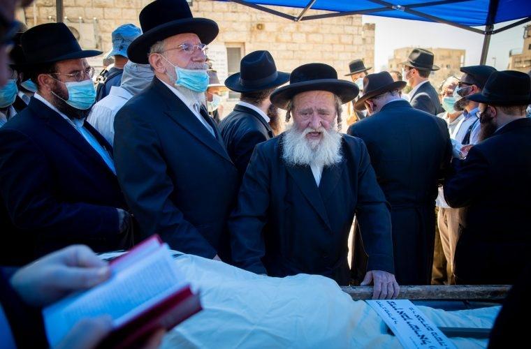 אחד מנפטרי הקורונה מובא לקבורה צילום מאת יונתן סינדל/Flash90