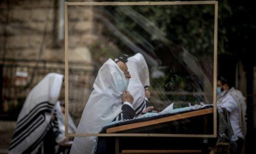 תפילה בחוץ צילום יונתן סינדל פלאש 90