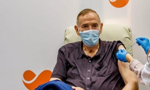 מבוגרים מקבלים חיסון. אילוסטרציה // צילום: פלאש 90
