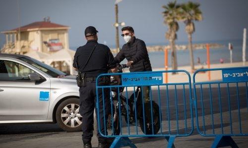 מחוסם משטרה ברחובות תל אביב לאכיפת הסגר   צילום:  Miriam Alster/Flash90