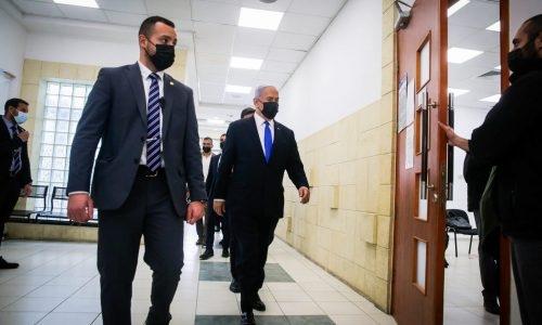 נתניהו בכניסה לאולם בית המשפט // צילום: פלאש 90