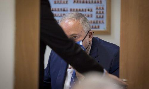 אביגדור ליברמן בדיונים בחדרו על התקציב צילום פלאש 90