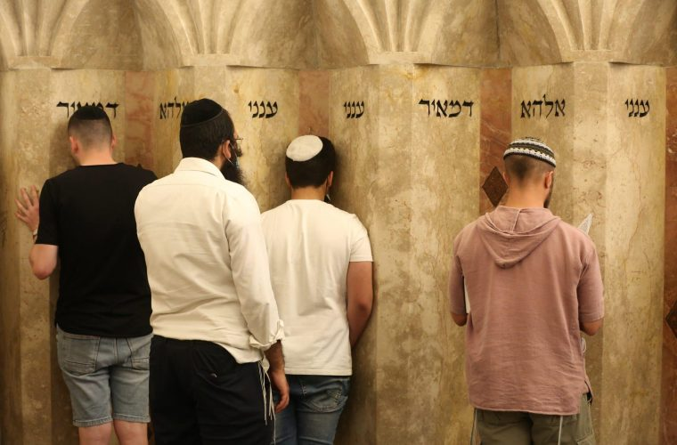 מתפללים בקבר ר' מאיר בעל הנס (אילוסטרציה) | צילום: David Cohen/Flash90