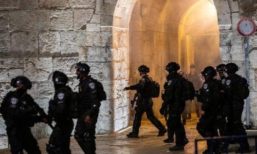 שוטרים בזירת המהומות בשער שכם // צילום: פלאש 90