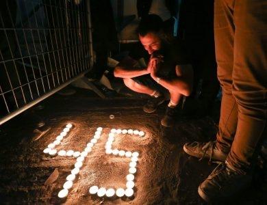 מדליקים נרות בזירה צילום: דוד כהן/פלאש90