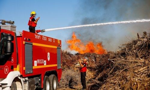 כיבוי שריפות שנוצרו כתוצאה מבלוני תבערה // צילום: פלאש 90