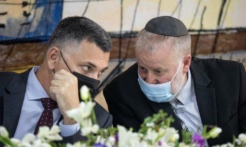 שר המשפטים גדעון סער משוחח עם היועץ המשפטי לממשלה אביחי מנדלבליט צילום: יונתן סינדל/פלאש90