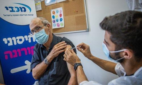 ישראל החלה לחסן את אזרחיה מעל גיל 60, בפעם השלישית. צילום: יונתן סינדל/פלאש90