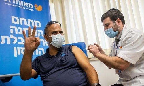 חיסון במנה השלישית// צילום: יונתן סינדל/פלאש 90