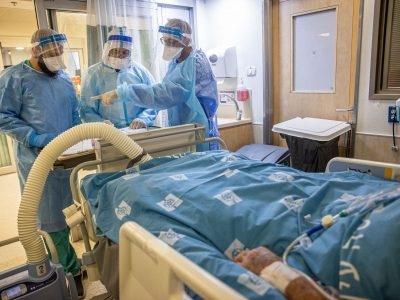 חולה במצב קשה  במחלקת הקורונה של המרכז הרפואי הדסה עין כרם בירושלים ב-25 באוגוסט 2021. צילום: יונתן סינדל/פלאש90