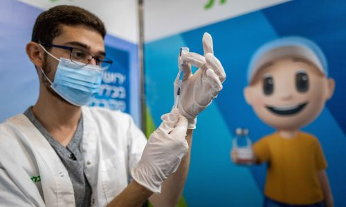 אילוסטרציה, חיסוני קורונה בקופת חולים כללית// צילום: יונתן זינדל/פלאש 90