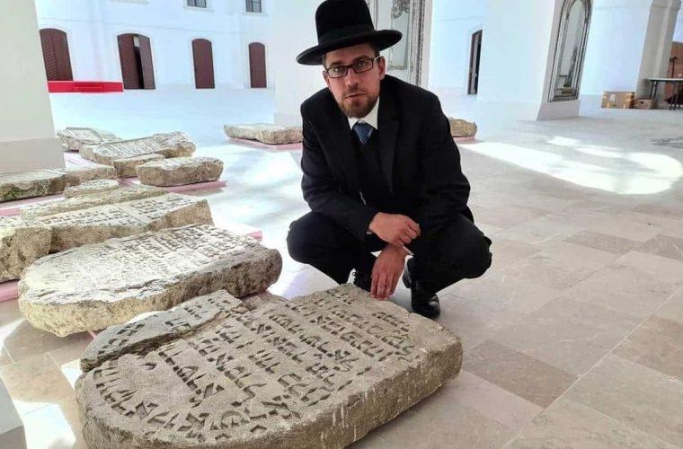 הרב שלמה הופמייסטר מוינה מבקר במצבות בטירת אבנפורת'