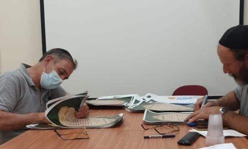 החקאלים בעלי הכרמים והשדות במעמד חתימת שטרות הקניין