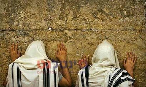 מתפללים בכותל