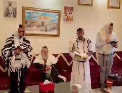 יהודי תימן שברחו לפני כשנה מהמדינה בשיאה של מלחמת האזרחים, בתפילת שחרית באבו דאבי