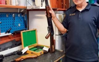 יוסף מור יוסף עם כלי הנשק של רבין// צילום: דוברות המשטרה